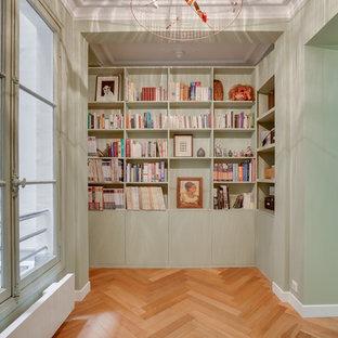 Inspiration pour un couloir design avec un mur vert, un sol en bois brun et un sol marron.