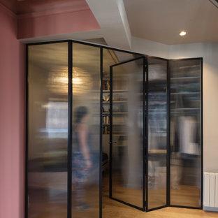 Imagen de recibidores y pasillos contemporáneos, de tamaño medio, con paredes rosas, suelo de madera clara y suelo beige