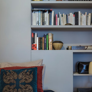 Выдающиеся фото от архитекторов и дизайнеров интерьера: коридор среднего размера в современном стиле с розовыми стенами, светлым паркетным полом и бежевым полом