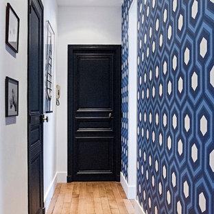Cette image montre un couloir traditionnel de taille moyenne avec un mur bleu et un sol en bois clair.