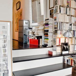 Idées déco pour un couloir classique de taille moyenne avec un mur blanc et un sol en bois foncé.