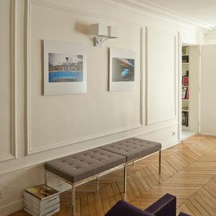 Idées déco pour un couloir scandinave de taille moyenne avec un mur blanc et un sol en bois brun.