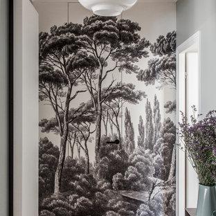 Aménagement d'un couloir scandinave avec un sol en bois clair et un mur multicolore.