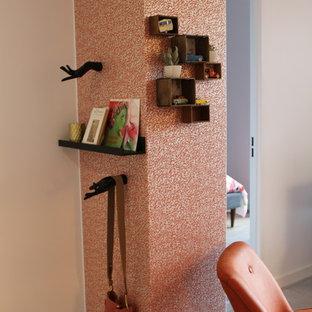 Immagine di un piccolo ingresso o corridoio chic con pareti arancioni, pavimento con piastrelle in ceramica e pavimento bianco
