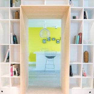 Réalisation d'un couloir design de taille moyenne avec un mur blanc et un sol en bois clair.