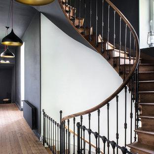 Пример оригинального дизайна: большой коридор в стиле фьюжн с белыми стенами, светлым паркетным полом и коричневым полом