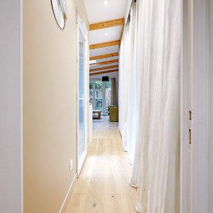Foto på en mellanstor maritim hall, med beige väggar, ljust trägolv och beiget golv