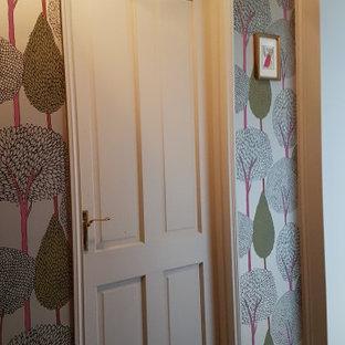 Idée de décoration pour un couloir tradition de taille moyenne avec un mur beige, un sol en bois brun, un plafond en lambris de bois et du papier peint.
