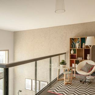 Idées déco pour un couloir contemporain avec un mur gris.