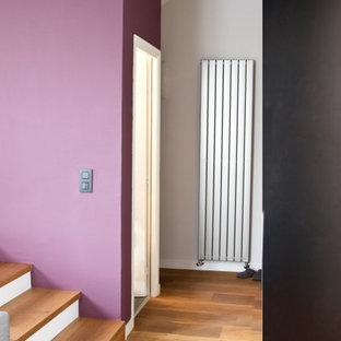На фото: коридор среднего размера в стиле модернизм с фиолетовыми стенами и светлым паркетным полом
