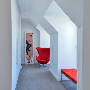 Foto på en stor funkis hall, med vita väggar och heltäckningsmatta