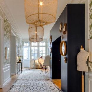 Cette photo montre un couloir éclectique avec un mur blanc, un sol en bois brun et un sol marron.