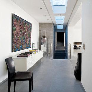 Inspiration pour un couloir minimaliste de taille moyenne avec un mur blanc.
