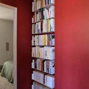 Cette photo montre un petit couloir tendance avec un mur rouge, un sol en linoléum et un sol gris.