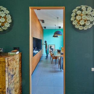 Exemple d'un couloir tendance de taille moyenne avec un mur vert et un sol en bois brun.