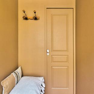 Réalisation d'un petit couloir vintage avec un mur marron et un sol en bois clair.