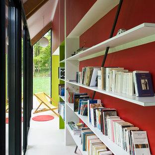 Foto de recibidores y pasillos contemporáneos, pequeños, con paredes rojas