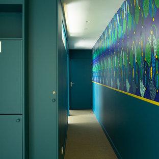 Пример оригинального дизайна: коридор среднего размера в современном стиле с желтыми стенами, полом из линолеума и бежевым полом