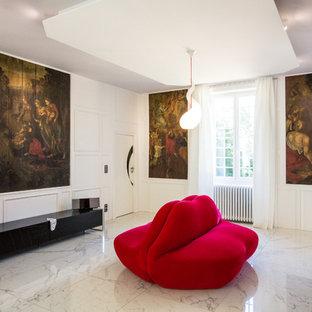Idées déco pour un grand couloir contemporain avec un mur blanc et un sol en marbre.
