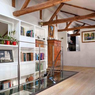 Idées déco pour un grand couloir éclectique avec un sol en bois clair et un mur blanc.