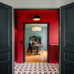 パリの中サイズのコンテンポラリースタイルのおしゃれな廊下 (赤い壁、セラミックタイルの床) の写真
