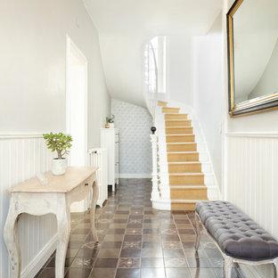 Idées déco pour un couloir classique de taille moyenne avec un mur gris, un sol marron et un sol en carrelage de céramique.