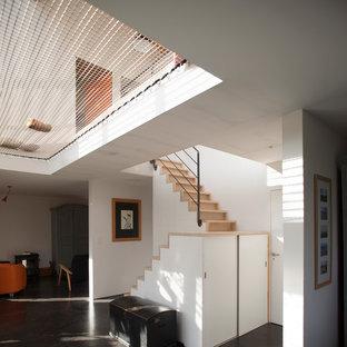Aménagement d'un couloir contemporain avec un mur blanc.
