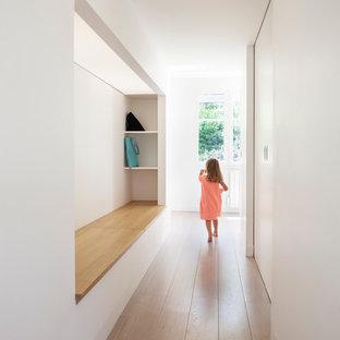 Idées déco pour un couloir scandinave de taille moyenne.