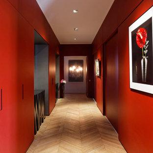 Источник вдохновения для домашнего уюта: коридор среднего размера в современном стиле с красными стенами и светлым паркетным полом