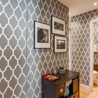 Cette image montre un couloir traditionnel de taille moyenne avec un mur gris et un sol en bois clair.