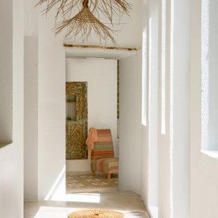 Inspiration pour un grand couloir méditerranéen avec un mur blanc et un sol beige.