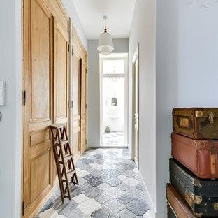 Exemple d'un couloir chic de taille moyenne avec un mur gris.