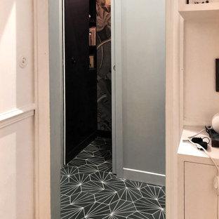 Idéer för att renovera en mellanstor funkis hall, med blå väggar, klinkergolv i keramik och grönt golv