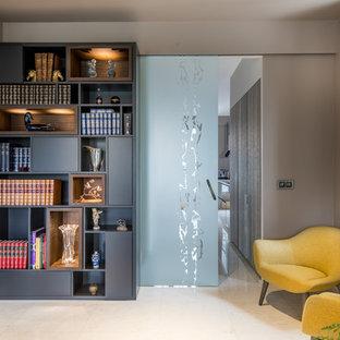Inspiration pour un couloir design avec un mur beige et un sol beige.