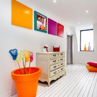 Cette photo montre un couloir éclectique de taille moyenne avec un mur blanc et un sol en bois peint.