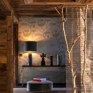 Cette image montre un couloir chalet de taille moyenne avec un mur marron et un sol en bois foncé.