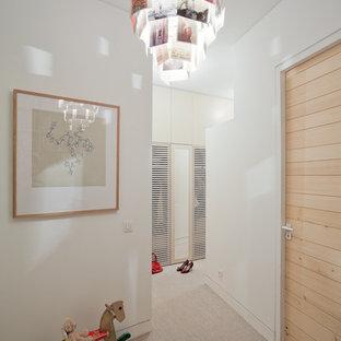 Cette image montre un couloir design de taille moyenne avec un mur blanc et moquette.
