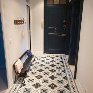 Idéer för funkis hallar, med vita väggar, klinkergolv i keramik och blått golv