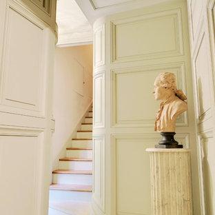 Идея дизайна: маленький коридор в викторианском стиле с белыми стенами