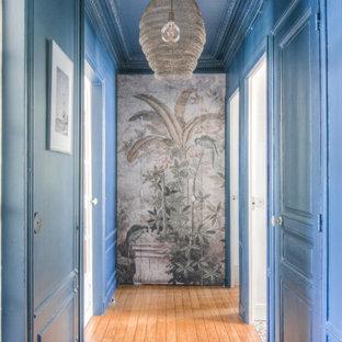 Idéer för att renovera en mellanstor funkis hall, med blå väggar, mörkt trägolv och brunt golv