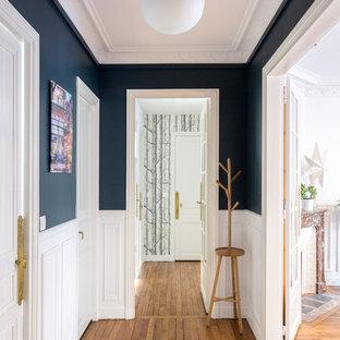 Стильный дизайн: коридор среднего размера в современном стиле с разноцветными стенами, паркетным полом среднего тона и бежевым полом - последний тренд
