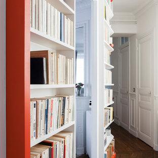 Неиссякаемый источник вдохновения для домашнего уюта: большой коридор в классическом стиле с белыми стенами и паркетным полом среднего тона