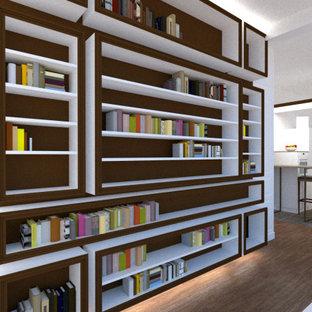 Cette image montre un couloir minimaliste de taille moyenne avec un mur blanc, un sol en bois clair et un sol marron.