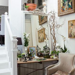 Idée de décoration pour un petit couloir style shabby chic avec un mur blanc.
