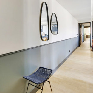 На фото: большой коридор в современном стиле с синими стенами, светлым паркетным полом, бежевым полом и обоями на стенах с