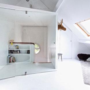 Cette photo montre un couloir scandinave de taille moyenne avec un mur blanc.