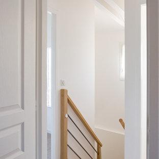 Inspiration pour un petit couloir rustique avec un mur blanc, un sol en linoléum et un sol beige.