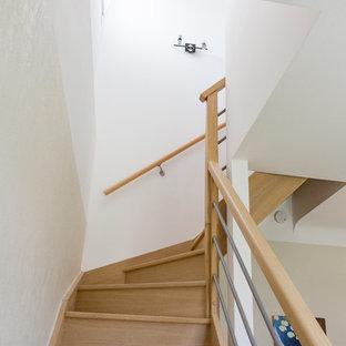 Réalisation d'un petit couloir champêtre avec un mur blanc, un sol en linoléum et un sol beige.