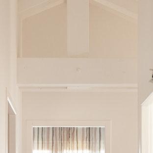 Пример оригинального дизайна: маленький коридор в стиле кантри с белыми стенами, полом из линолеума и бежевым полом