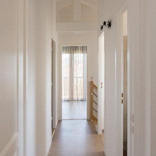 Cette image montre un petit couloir rustique avec un mur blanc, un sol en linoléum et un sol beige.